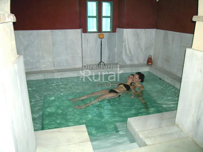 Aqua libera apartamentos rurales en aljucen badajoz for Piscina climatizada merida